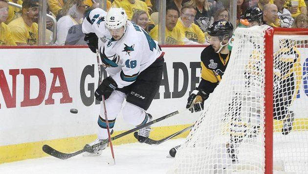 Tomáš Hertl (vlevo) bojuje s kapitánem Pittsburghu Sidneym Crosbym ve druhém finálovém duelu finále Stanley Cupu.