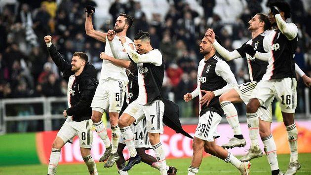 Fotbalisté Juventusu slaví výhru, Cristiano Ronaldo se blýskl hattrickem.