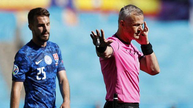 Rozhodčí Björn Kuipers po konzultaci u systému VAR nařídil penaltu proti Slovensku během utkání EURO. Španělé ji ale neproměnili.