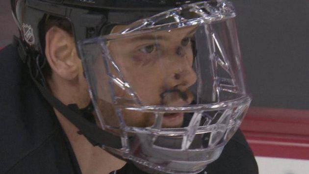Útočník New Jersey Martin Havlát si zvyká na celoobličejový kryt.
