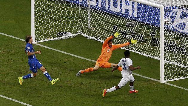 Daniel Sturridge (vpravo) střílí po centru Rooneyho vyrovnávací gól Anglie v duelu s Itálií.