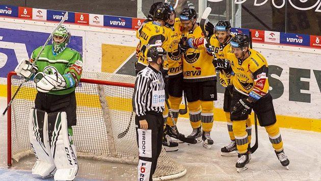 Hráči Litvínova se radují z gólu proti Mladé Boleslavi.