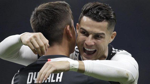Paulo Dybala a Cristiano Ronaldo z Juventusu se radují z gólu při utkání s Interem.