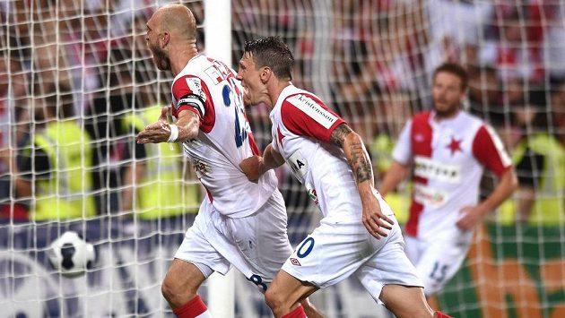 Slávistický stoper Martin Latka (vlevo) a Jiří Bílek se radují z gólu.
