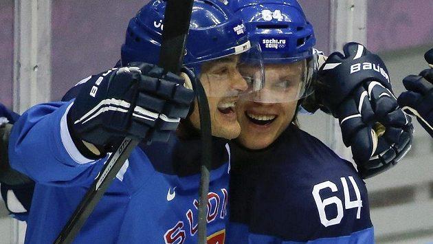 Finští útočníci Teemu Selänne (vlevo) a Mikael Grandlund se radují v duelu s Ruskem.