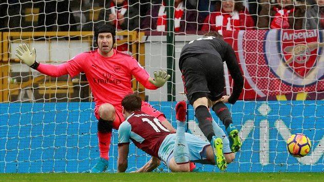 Petr Čech v brance Arsenalu předvedl i v utkání Premier League proti Burnley několik parádních zákroků a Gunners mohli slavit výhru 1:0.