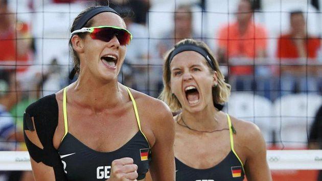 Německé beachvolejbalistky Kira Walkenhorstová a Laura Ludwigová.