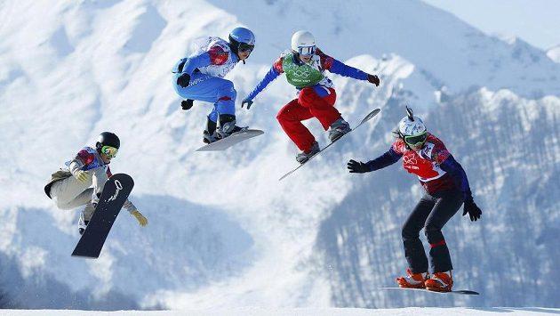 Eva Samková (vpravo) v čele finálového olympijského závodu.