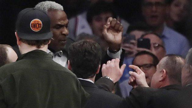 Legendární basketbalista New York Knicks Charles Oakley měl před pár dny problém na zápase NBA a po konfliktu s ochrankou a následném zatčení dokonce chvíli nesměl do haly Knicks. Ten už ale neplatí, sport se podařilo urovnat.