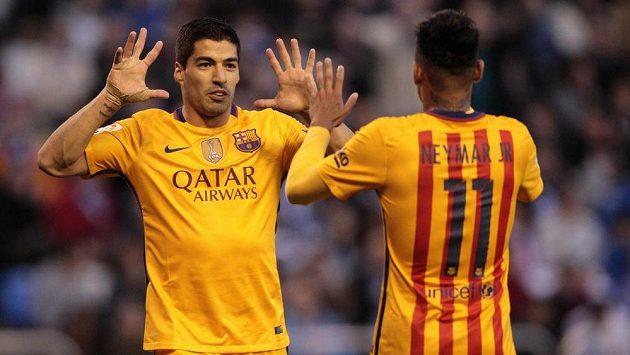 Autor čtyř gólů středečního večera Luis Suárez (vlevo) oslavuje jednu z tref se spoluhráčem z Barcelony Neymarem.