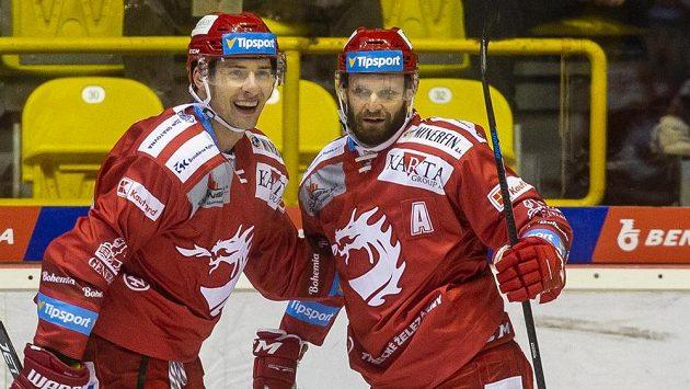 Zleva Wojciech Wolski a Martin Růžička z Třince se radují z gólu v Litvínově.