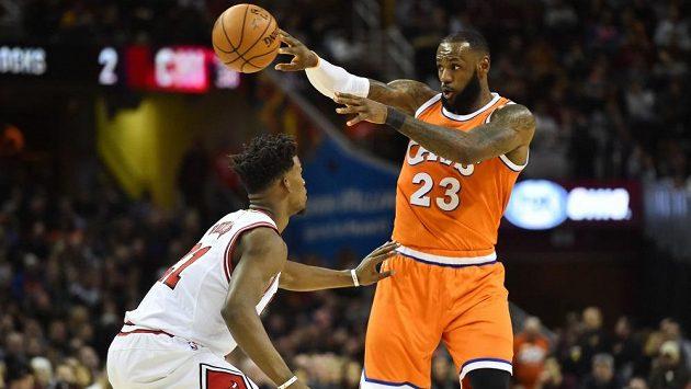Basketbalista Clevelandu LeBron James v zápase proti Chicagu. Vlevo je Jimmy Butler z týmu Bulls.