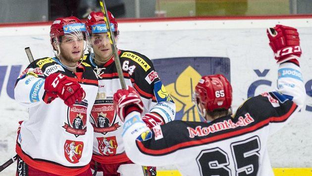 Hradečtí útočníci (zleva) Antonín Honejsek, Brian Ihnacak a Rudolf Červený se radují z gólu proti Mladé Boleslavi.