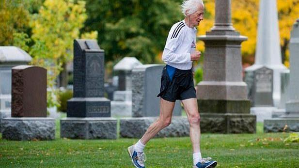 Po mnoho let trénuje na svém okruhu kolem hřbitova.