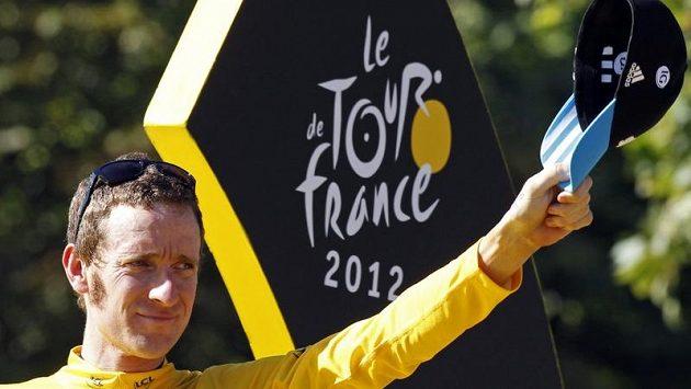 Vítěz Tour de France 2012 Bradley Wiggins zdraví fanoušky v Paříži.