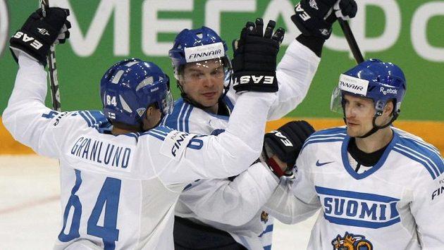 Finové Mikael Granlund (vleov), Jarkko Immonen a Niko Kapanen slaví gól do sítě Slováků.
