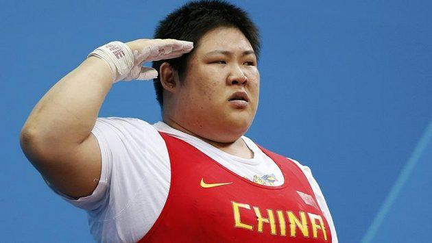 Čínská vzpěračka Čou lu-lu salutuje po olympijském triumfu v kategorii nad 75 kg. Ke zlaté medaili přidala i světový rekord 333 kg.