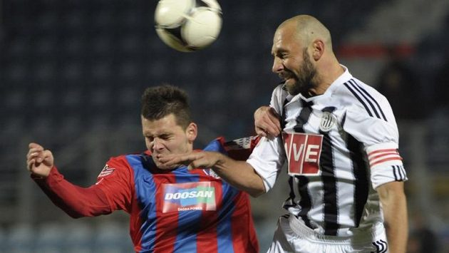 Plzeňský Michal Ďuriš (vlevo) ve vzdušném souboji s Romanem Lengyelem z Českých Budějovic.