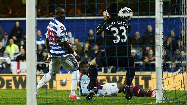 Fotbalista West Hamu United Ricardo Vaz Te střílí gól brankáři Queens Park Rangers Juliovi Cesarovi.