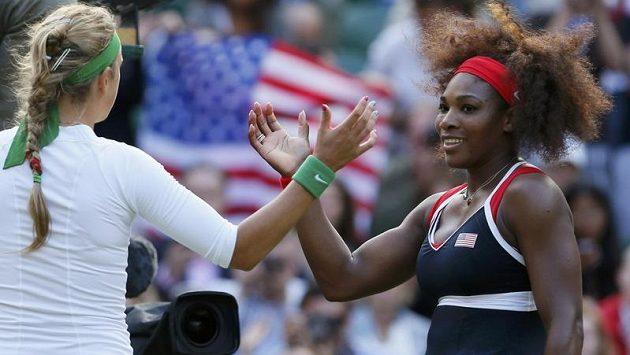 Serena Williamsová (vpravo) si vítězstvím nad Běloruskou Azarenkovou zajistila místo ve finále olympijského turnaje v Londýně.