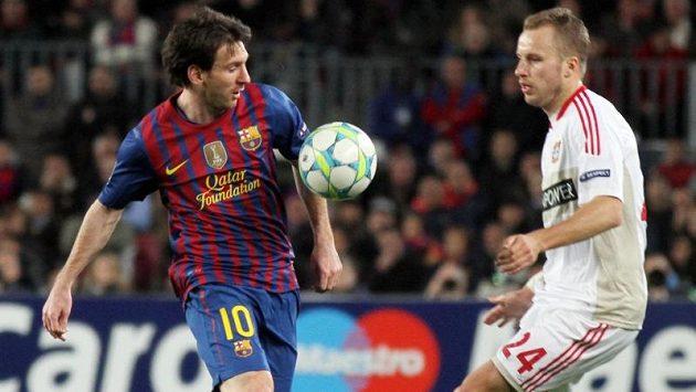 Setkání s mimozemšťanem... Michal Kadlec (vpravo) zkouší uhlídat Lionela Messiho.
