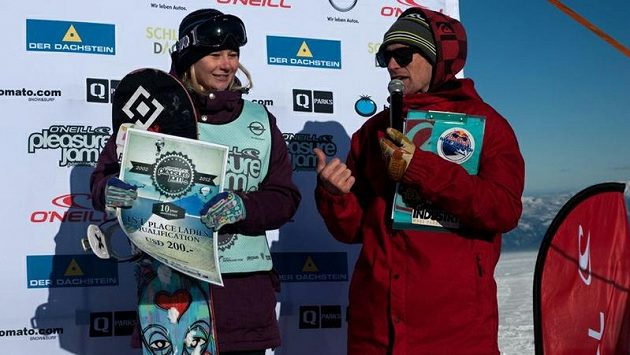 Kateřina Vojáčková přebírá šek na 200 USD za první místo v páteční kvalifikaci