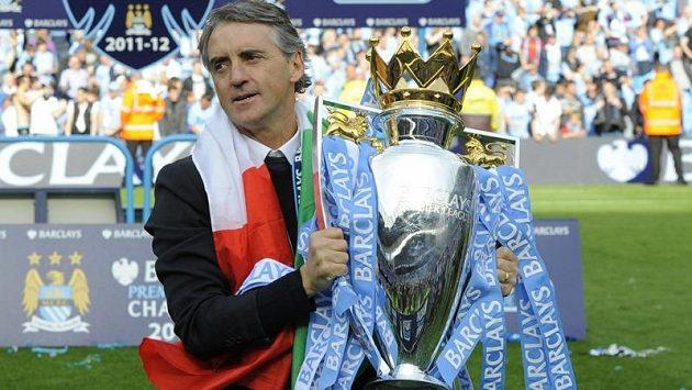 Roberto Mancini, trenér fotbalistů Manchesteru City, s pohárem pro vítěze Premier League
