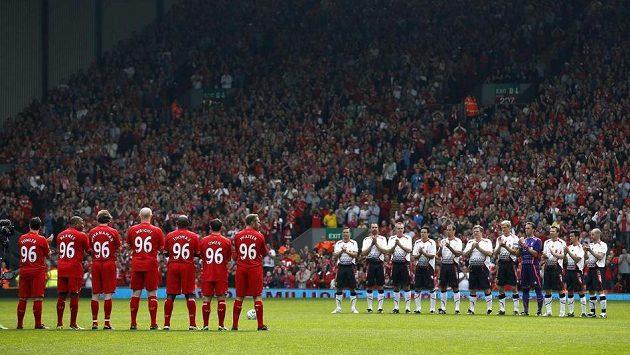 Vladimír Šmicer (zcela vlevo v řadě hráčů v bílých dresech) při exhibičním utkání hvězd Liverpoolu k uctění památky obětí na stadiónu Hillsborough.