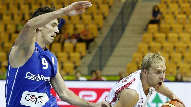 Český basketbalista Jiří Welsch (vlevo) se snaží ubránit Poláka Lukasze Koszareka na mistrovství Evropy ve Slovinsku.