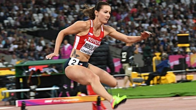 Denisa Rosolová v rozběhu čtvrtky překážek na mistrovství světa v Londýně.