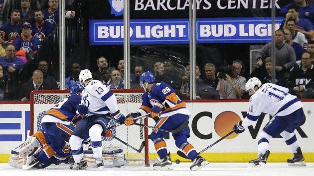 Centr Tampy Bay Lightning Brian Boyle (zcela vpravo)střílí vítězný gól v prodloužení na ledě New Yorku Islanders.