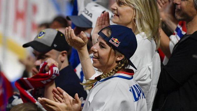 Ester Ledecká fandila českému týmu při utkání s Rakouskem.