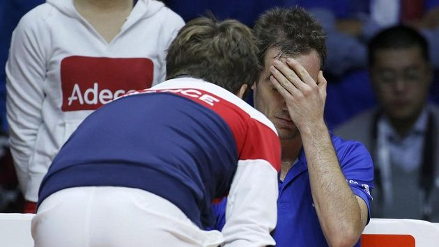 Francouzský kapitán Arnaud Clément (marně) povzbuzuje Richarda Gasqueta v duelu proti Rogeru Federerovi.