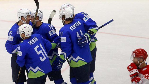Slovinští hokejisté slaví gól proti Dánsku.