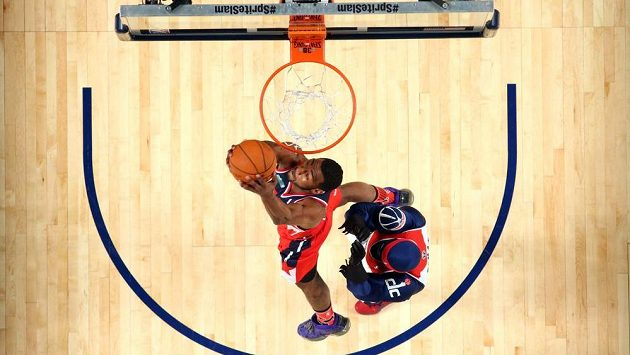 John Wall z Washingtonu Wizards dává koš při dovednostních soutěžích před Utkáním hvězd NBA.