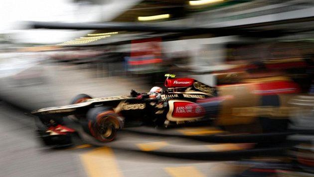 Romain Grosjean vyjíždí s vozem Lotus z garáže na okruhu Interlagos.