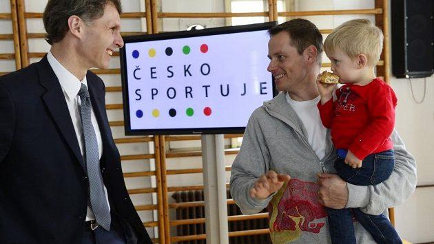 Skikrosař Tomáš Kraus se synkem Tomášem a předseda Českého olympijského výboru Jiří Kejval.