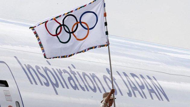 Olympijská vlajka už je v Japonsku.