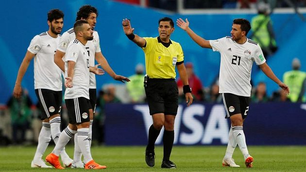 Fotbalisté Egypta po první brance v utkání s Ruskem diskutovali s rozhodčím Enriquem Cáceresem, ale protesty byly marné.