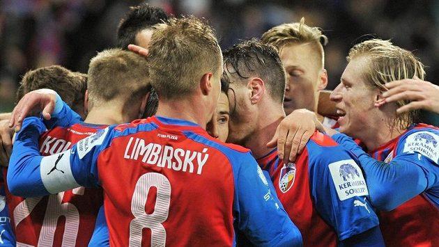 Fotbalisté Plzně se radují z jedné z branek proti Českým Budějovicím.