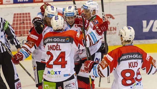 Hokejisté Pardubic se radují z gólu. Uprostřed autor branky Ondřej Rohlík.