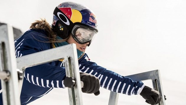 Eva Samková na startu snowboardcrossu.