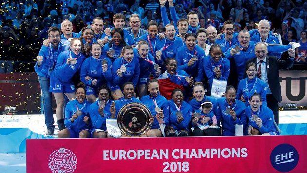 Francouzské házenkářky slaví, získaly titul evropských šampionek, porazily ve finále Rusky.