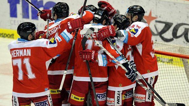 Radost olomouckých hokejistů z výhry v Litvínově.