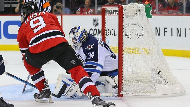 Jiří Tlustý střílí jediný gól Ďáblů do sítě Winnipegu.
