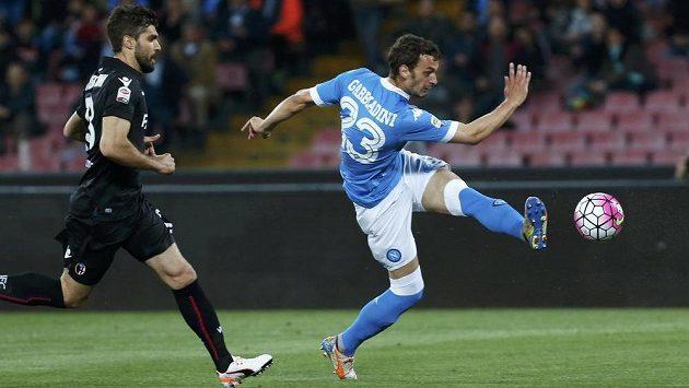 Manolo Gabbiadini z Neapole střílí gól v ligovou utkání s Boloňou.