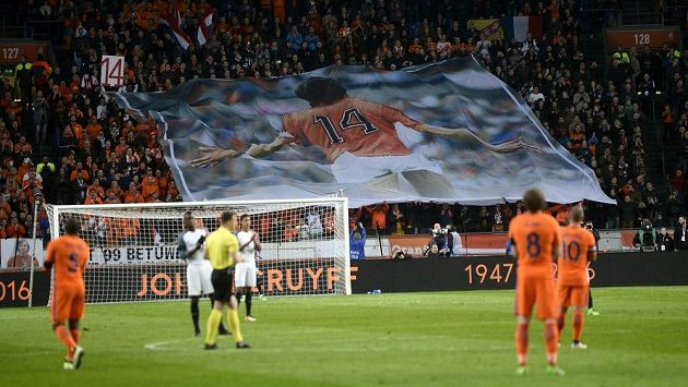 Nizozemští fotbalisté i fanoušci se v páteční přípravě proti Francii rozloučili se zesnulým Johanem Cruyffem.