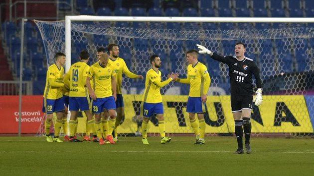 Hráči Zlína se radují z gólu proti Baníku, vpravo je brankář Baníku Jan Laštůvka.