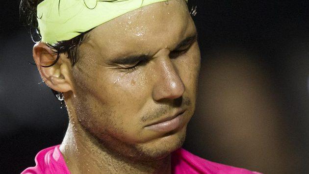 Vyčerpaný Rafael Nadal v semifinálovém duelu v Rio de Janeiru.