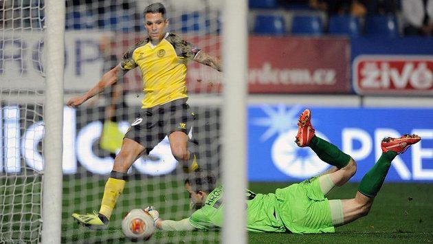 Víctor Machín ze Sevilly střílí vyrovnávací gól na 1:1 v utkání Evropské ligy s Libercem.